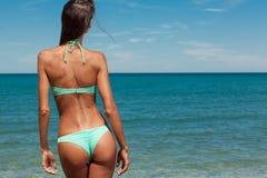 Den unga attraktiva flickan tycker om sommardag på stranden Arkivfoton