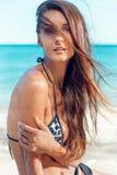 Den unga attraktiva flickan tycker om sommardag på stranden Arkivbild