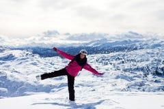 Den unga attraktiva kvinnan som skidar i österrikare, skidar semesterorten på ett soligt Arkivbilder