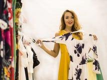 Den unga attraktiva le flickan i gul klänning är den nya klänningen för mått i gallerian Arkivbild