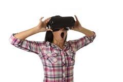 Den unga attraktiva lyckliga kvinnan upphetsad användande 3d rullar med ögonen hållande ögonen på tycka om för vision för 360 vir Royaltyfri Fotografi