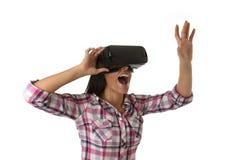 Den unga attraktiva lyckliga kvinnan upphetsad användande 3d rullar med ögonen hållande ögonen på tycka om för vision för 360 vir Royaltyfri Foto