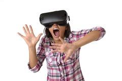 Den unga attraktiva lyckliga kvinnan upphetsad användande 3d rullar med ögonen hållande ögonen på tycka om för vision för 360 vir Fotografering för Bildbyråer