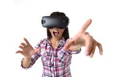 Den unga attraktiva lyckliga kvinnan upphetsad användande 3d rullar med ögonen hållande ögonen på tycka om för vision för 360 vir Royaltyfri Bild