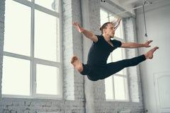 Den unga attraktiva moderna balettdansören i svart omslag Royaltyfri Fotografi