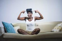 Den unga attraktiva och lyckliga svarta afro amerikanska kvinnan som visar vision för VR 3d, rullar med ögonen, når han har tyckt Arkivbilder