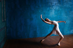 Den unga ballerina dansar i studion Arkivfoto