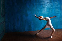 Den unga ballerina dansar i studion Arkivfoton