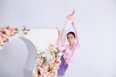 Den unga ballerina dansar i studion Arkivbild