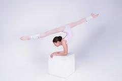 Den unga ballerina dansar i studion Royaltyfri Fotografi