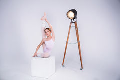 Den unga ballerina dansar i studion Royaltyfri Bild