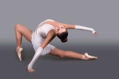 Den unga ballerina i punktdanser royaltyfri bild