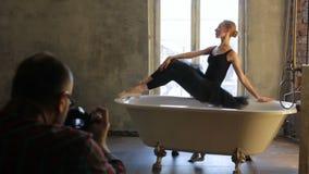 Den unga ballerina poserar under photosessionen i badrummet stock video