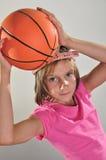 Den unga basketspelaren gör ett kast Arkivfoton