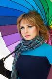 Kvinnan med färgar paraplyet i vinter Royaltyfri Foto
