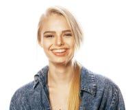 Den unga blonda kvinnan på den vita backgrounggesten tummar upp, isolaten Royaltyfria Foton