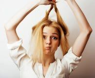 Den unga blonda kvinnan på den vita backgrounggesten tummar upp, isolaten Royaltyfri Fotografi