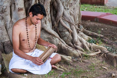 Den unga brahminen läser scripture royaltyfri fotografi