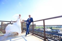 Den unga bruden och brudgummen går i natur arkivfoto