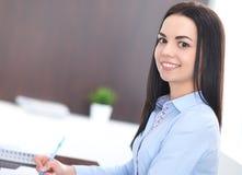 Den unga brunettaffärskvinnan ser som en studentflicka som i regeringsställning arbetar Latinamerikan eller latin - amerikansk fl arkivbild