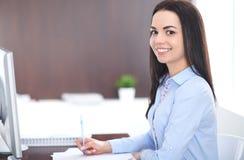 Den unga brunettaffärskvinnan ser som en studentflicka som i regeringsställning arbetar Latinamerikan eller latin - amerikansk fl arkivfoto