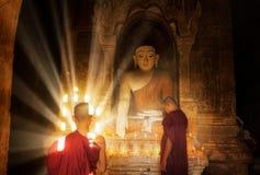 Den unga buddistiska munken läser med solljus Arkivfoton
