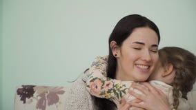 Den unga caucasian modern kramar hennes lilla dotter lager videofilmer