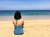 Den unga caucausian brunettkvinnan tycker om solsammanträdet på vara Arkivfoton