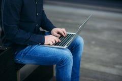 Den unga chefen som arbetar på en bärbar dator på coffeavbrott Äta lunch avbrottet Arkivbilder