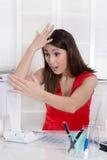 Den unga chockade sekreteraren har datorproblem på kontoret. Royaltyfria Foton