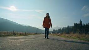 Den unga damen går på vägväg i bygden i höst Botten beskådar arkivfilmer