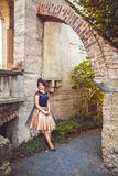 Den unga damen i tappningklänning med skyler i båge Arkivfoton