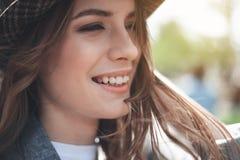 Den unga damen ler utanför arkivfoto