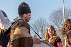 Den unga damen med exponeringsglas och folkloredräkten ler royaltyfri foto