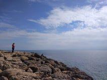 Den unga damen ser havet fotografering för bildbyråer