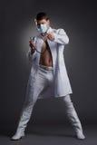 Den unga dansare manipulerar in dräkten Royaltyfri Fotografi