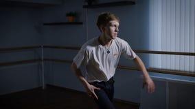 Den unga dansaren utbildar hans höft-flygtur dans i dansstudion Student efter grupp som är förlovad i deras favorit- hobby modern arkivfilmer