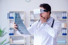 Den unga doktorn som ser mribildläsning till och med vrexponeringsglas Arkivfoto