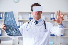 Den unga doktorn som ser mribildläsning till och med vrexponeringsglas Royaltyfria Foton