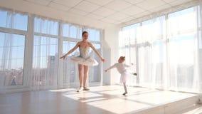 Den unga eleganta ballerina undervisar hennes dotterdans i studio lager videofilmer