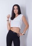 Den unga europeiska attraktiva sexiga modemodellen med långt blont naturligt hår, härliga ögon, fulla kanter, gör perfekt hud Royaltyfria Foton