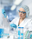 Den unga europeiska kvinnliga forskaren eller tech arbetar i laboratorium Arkivfoto