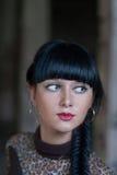 Den unga fahionkvinnlign med långt head och skuldror för flätad tråd avbildar Arkivbilder