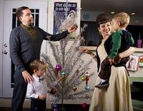 Den unga familjen firar jul Arkivfoton