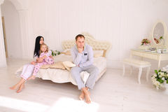 Den unga familjen grälar, maken av frun och dottersammanträde på wh royaltyfri bild
