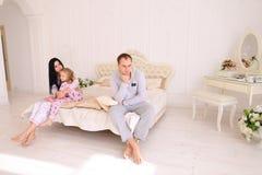 Den unga familjen grälar, maken av frun och dottersammanträde på wh fotografering för bildbyråer