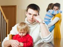 Den unga familjen med två barn som har, grälar Royaltyfri Foto