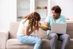 Den unga familjen som hjälper sig efter skada arkivfoto