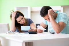 Den unga familjen som kämpar med personlig finans arkivfoton