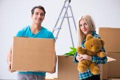 Den unga familjinflyttningen till den nya lägenheten Royaltyfria Foton